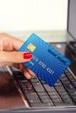Θηλυκό χέρι, που χρησιμοποιεί την κάρτα Διαδικτύου για την ε-κατάθεση στοκ εικόνες