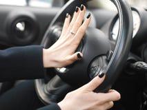Θηλυκό χέρι στο κέρατο αυτοκινήτων στοκ εικόνες