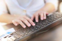 Θηλυκό χέρι σχετικά με τα κουμπιά του πληκτρολογίου υπολογιστών Στοκ Εικόνα
