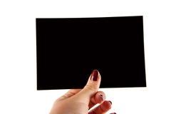 Θηλυκό χέρι Manicured που κρατά ένα μαύρο έγγραφο Στοκ φωτογραφία με δικαίωμα ελεύθερης χρήσης
