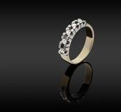 Θηλυκό χρυσό δαχτυλίδι με τα διαμάντια Στοκ Εικόνα