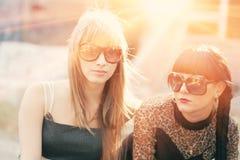 Θηλυκό δύο στα γυαλιά ηλίου αναδρομικά φωτισμένα από το ηλιοβασίλεμα Στοκ φωτογραφία με δικαίωμα ελεύθερης χρήσης