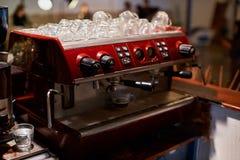 Θηλυκό bartender στον εργασιακό χώρο Το κορίτσι κάνει τον καφέ χρησιμοποιώντας τη μηχανή , cappuccino, κατάστημα, - η έννοια του  Στοκ Εικόνες