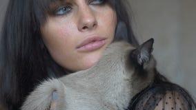 Θηλυκό Brunette με μια γάτα απόθεμα βίντεο