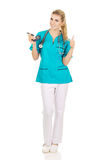 Θηλυκό glucometer εκμετάλλευσης νοσοκόμων ή γιατρών Στοκ εικόνες με δικαίωμα ελεύθερης χρήσης
