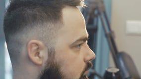 Θηλυκό haircutter που ξεραίνει την αρσενική τρίχα αργά φιλμ μικρού μήκους
