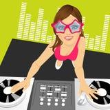 Θηλυκό jockey δίσκων που αναμιγνύει τη μουσική που χρησιμοποιεί τις περιστροφικές πλάκες της διανυσματική απεικόνιση
