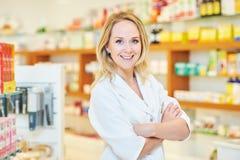 Θηλυκό pharmacutical πορτρέτο φαρμακοποιών στοκ εικόνα με δικαίωμα ελεύθερης χρήσης