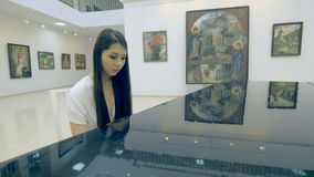 Θηλυκό pianist που παίζει το πιάνο στο γκαλερί τέχνης απόθεμα βίντεο