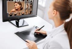 Θηλυκό retoucher που λειτουργεί στο σπίτι ή γραφείο Στοκ φωτογραφία με δικαίωμα ελεύθερης χρήσης