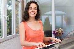 Θηλυκό sequencer παιχνιδιού μουσικών Στοκ εικόνες με δικαίωμα ελεύθερης χρήσης