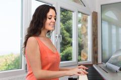 Θηλυκό sequencer παιχνιδιού μουσικών Στοκ φωτογραφία με δικαίωμα ελεύθερης χρήσης