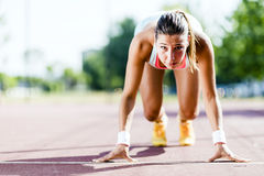 Θηλυκό sprinter που παίρνει έτοιμο για το τρέξιμο Στοκ φωτογραφία με δικαίωμα ελεύθερης χρήσης