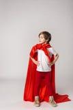 Θηλυκό superwoman παιδί στο έξοχο κοστούμι ηρώων Στοκ φωτογραφία με δικαίωμα ελεύθερης χρήσης