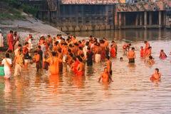 Θιασώτες που παίρνουν το ιερό λουτρό στον ποταμό Γάγκης στοκ φωτογραφίες