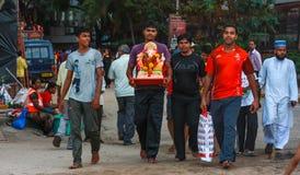 Θιασώτες που φέρνουν το είδωλο του Λόρδου Ganesha για τη βύθιση Στοκ Εικόνα