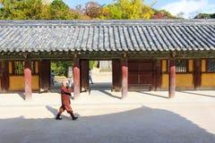 Θιασώτες στο ναό Bulguksa, Gyeongju, Κορέα Στοκ Φωτογραφίες