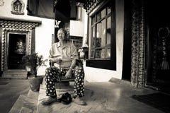 Θιασώτης του θιβετιανού ναού Drubgon Jangchup Choeling, Κατμαντού, Στοκ φωτογραφία με δικαίωμα ελεύθερης χρήσης