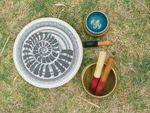 Θιβετιανά κύπελλα και θιβετιανά κουδούνια Ιερά εργαλεία για τη υψηλή ενέργεια στοκ φωτογραφία