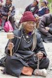Θιβετιανές ηλικιωμένες γυναίκες κατά τη διάρκεια του μυστικού χορού μυστηρίου χορού Tsam μασκών εγκαίρως του βουδιστικού φεστιβάλ Στοκ Φωτογραφία