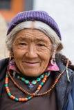 Θιβετιανές ηλικιωμένες γυναίκες κατά τη διάρκεια του μυστικού χορού μυστηρίου χορού Tsam μασκών εγκαίρως του βουδιστικού φεστιβάλ Στοκ Εικόνες