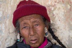 Θιβετιανές ηλικιωμένες γυναίκες κατά τη διάρκεια του μυστικού χορού μυστηρίου χορού Tsam μασκών εγκαίρως του βουδιστικού φεστιβάλ Στοκ Φωτογραφίες