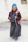Θιβετιανές ηλικιωμένες γυναίκες κατά τη διάρκεια του μυστικού χορού μυστηρίου χορού Tsam μασκών εγκαίρως του βουδιστικού φεστιβάλ Στοκ εικόνες με δικαίωμα ελεύθερης χρήσης
