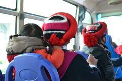 Θιβετιανή γυναίκα με το παιδί από την πλάτη σε ένα λεωφορείο στο Λα Shangri, Zhongdian, Xianggelila, Yunnan - Κίνα στοκ φωτογραφίες με δικαίωμα ελεύθερης χρήσης