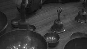 Θιβετιανή τραγουδώντας κινηματογράφηση σε πρώτο πλάνο κύπελλων απόθεμα βίντεο
