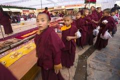 Θιβετιανοί βουδιστικοί μοναχοί κοντά στο stupa Boudhanath κατά τη διάρκεια εορταστικού Puja Στοκ Εικόνα
