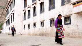 Θιβετιανός που περνά από ένα τοπικό σπίτι Στοκ Εικόνα