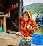 Θιβετιανό παιχνίδι κοριτσιών στην τοπική αγορά Στοκ εικόνα με δικαίωμα ελεύθερης χρήσης