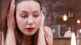 Θλίψη και θλίψη στα μάτια μιας γυναίκας απόθεμα βίντεο