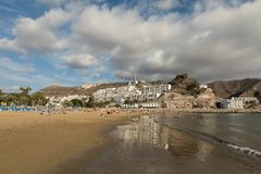 ΘΛΓΡΑΝ ΘΛΘΑΝΑΡΗΑ, ΙΣΠΑΝΙΑ - 10 ΔΕΚΕΜΒΡΊΟΥ 2017: Οι άνθρωποι επισκέπτονται την παραλία του Πουέρτο Ρίκο σε θλγραν θλθαναρηα, Ισπαν Στοκ Εικόνες