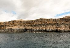 Θλγραν θλθαναρηα, Κανάρια νησιά στην Ισπανία: Στρώματα του ηφαιστειακού βράχου στρώματα Τα όμορφα βουνά στην ακτή μεταξύ Στοκ Φωτογραφία