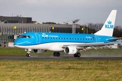 Θλεμψραερ erj-175 από τα εδάφη αερογραμμών KLM στο διεθνή αερολιμένα Στοκ Εικόνες