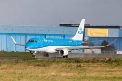 Θλεμψραερ erj-175 από τα εδάφη αερογραμμών KLM στο διεθνή αερολιμένα Στοκ φωτογραφίες με δικαίωμα ελεύθερης χρήσης
