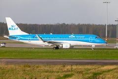Θλεμψραερ erj-175 από τα εδάφη αερογραμμών KLM στο διεθνή αερολιμένα Στοκ Φωτογραφίες