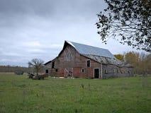 Θλιβερή εγκαταλειμμένη αγροτική σιταποθήκη με τους νεφελώδεις ουρανούς στοκ φωτογραφία με δικαίωμα ελεύθερης χρήσης
