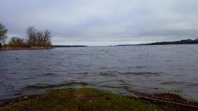Θλιβερή λίμνη κάτω από το συννεφιάζω ουρανό στη θερινή ημέρα Νεφελώδεις ουρανοί πέρα από τη σκοτεινή άποψη τοπίων όχθεων της λίμν απόθεμα βίντεο