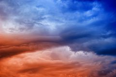 θλιβερός ουρανός με τα σύννεφα πριν από τη βροχή στοκ εικόνα