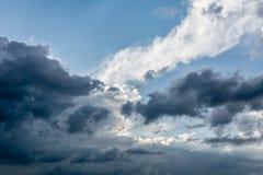 Θλιβερός ουρανός πριν από τη θύελλα στοκ εικόνες