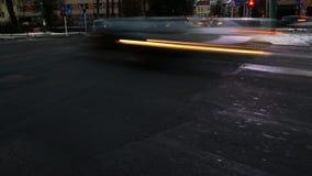 Θολωμένα αυτοκίνητα στην πολυάσχολη ώρα κυκλοφοριακής αιχμής κυκλοφορίας σε μια διασταύρωση πόλεων απόθεμα βίντεο