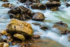 Θολωμένα κίνηση ορμητικά σημεία ποταμού του ποταμού βουνών Στοκ εικόνα με δικαίωμα ελεύθερης χρήσης