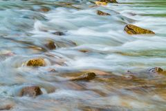 Θολωμένα κίνηση ορμητικά σημεία ποταμού του ποταμού βουνών Στοκ Φωτογραφίες