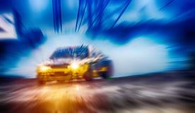 Θολωμένα τα περίληψη αυτοκίνητα κλίσης με τον καπνό από η ρόδα ο Στοκ εικόνα με δικαίωμα ελεύθερης χρήσης