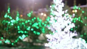 Θολωμένες πράσινες και κίτρινες πυράκτωση και λάμψη φω'των Χριστουγέννων απόθεμα βίντεο
