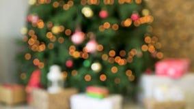Θολωμένη άποψη του χριστουγεννιάτικου δέντρου με τα φω'τα νεράιδων Υπόβαθρο Χριστουγέννων με να λάμψει τα φω'τα απόθεμα βίντεο