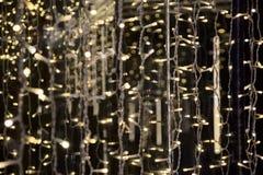 Θολωμένη γιρλάντα Η ελαφριά θαμπάδα νύχτας πόλεων bokeh, το υπόβαθρο Πρότυπο Χριστουγέννων Στοκ εικόνες με δικαίωμα ελεύθερης χρήσης