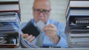 Θολωμένη εικόνα με τον επιχειρηματία που παίρνει έξω την κάρτα επίσκεψης από το πορτοφόλι του στοκ φωτογραφίες με δικαίωμα ελεύθερης χρήσης